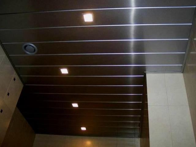 Потолок из панелей ПВХ практичное решение